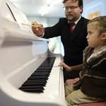 Kétévesen koncerteket ad egy brit kislány