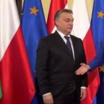 Ha csak Orbán videóját látnánk, azt hihetnénk, minden pompásan alakult Varsóban
