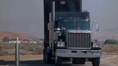 Nem sokon múlt, hogy nem zuhant a mélybe a kamion