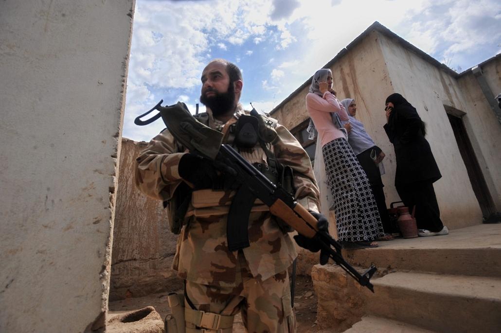 afganisztánban - 09. május 24. Magyar katona helyszínt biztosít az afganisztáni Puli-Humriban a városi nőszervezet udvarán, ahol a résztvevők a magyar tartományi újjáépítési csoport támogatásával varrógépeket kaptak és segítséget a varrótanfolyam lebonyol