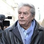 Alain Delonnak nem hátfájása van, más a baj