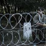 Újságíró politikust állítottak elő a határzárnál, mert átvágta a drótot