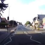160-nal száguldott egy autó a rossz oldalon egy brit városban – videó