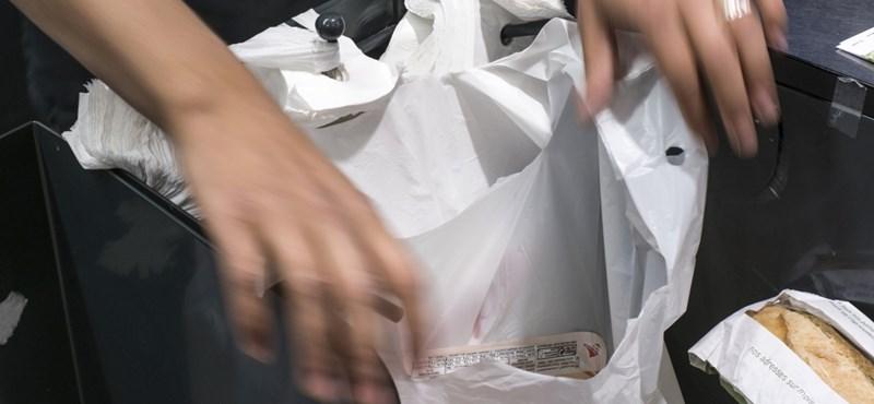 Kitiltották a brit Tescókból a műanyag bevásárlószatyrokat