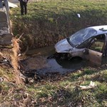 Fotók: Csatornába zuhant egy családi autó Sopronnémetinél