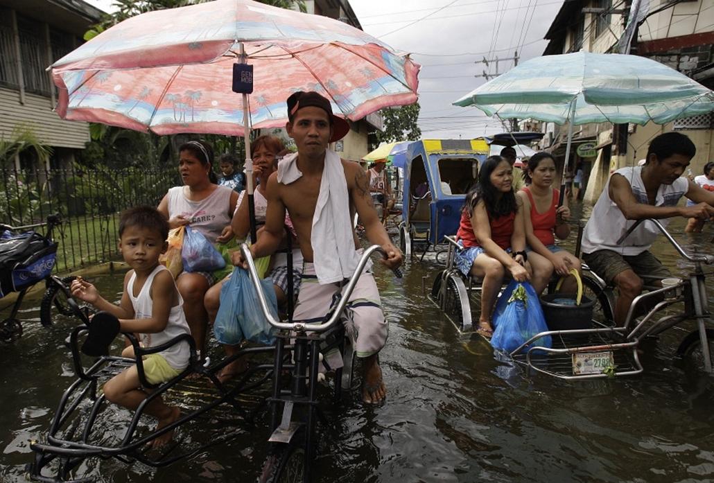 A hatalmas esőzések miatt elöntötte a víz a Fülöp-szigeteki Manila utcáit