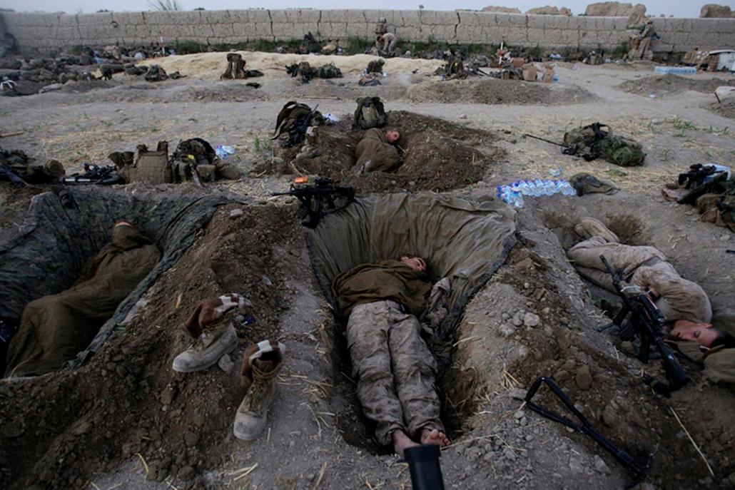 Az amerikai hadsereg katonái éjszakára gödrökbe ássák be magukat Afganisztánban.