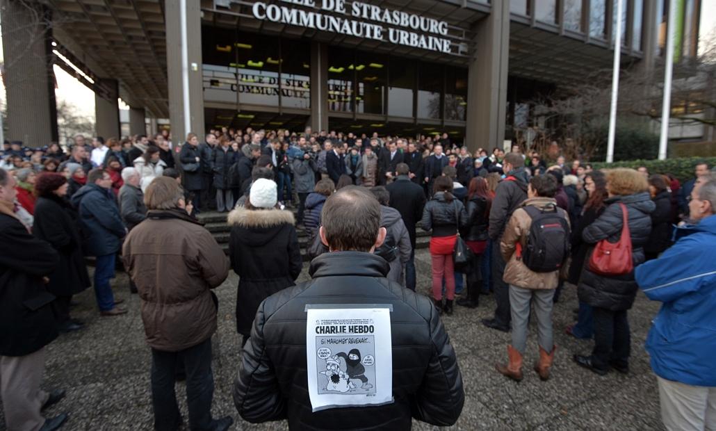 afp.15.01.07. - Strasbourg, Franciaország: részvétnyilvánítás a városban - lövöldözés a Charlie Hebdo szerkesztőségében - lövöldözés Párizsban