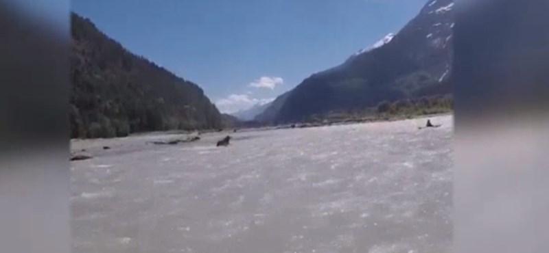 Kellemetlen vendég rontott rá vadvízi evezőkre Kanadában az áradat kellős közepén – videó