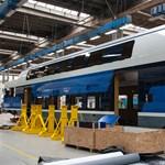Elkezdték összeszerelni az első emeletes magyar vonatot