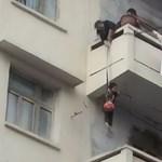 Vérfagyasztó macskamentés: unokáját lógatta le a nagymama az erkélyről