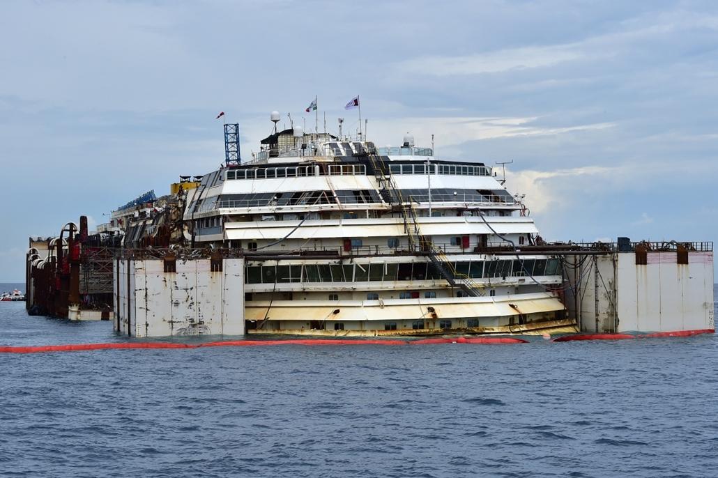 afp.14.07.14. - Isola del Giglio, Olaszország: Costa Concordia - megkezdődött a hajótest vízfelszínre emelése