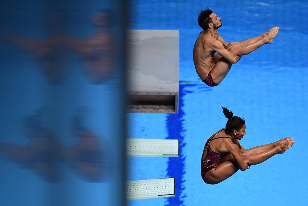 afp.17.07.22. - FINA nagyítás -  A kanadai Jennifer Abel és Francois Imbeau-Dulac a három méteres páros vegyes műugrás döntőjében