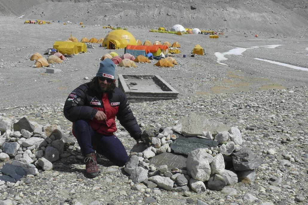 mti.14.04.17. - Mount Everest alaptábor: Klein Dávid az elhunyt mászók emlékdombján
