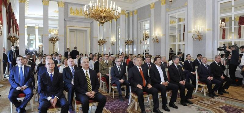 Hatalmas hadsereggé duzzadt Orbán bürokráciája