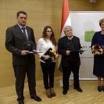 Varga Mihály adott át díjat a Bayer Zsolt blogját üzemeltető Blogstar vezetőjének
