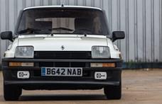 Új gazdára vár ez a motorját a hátsó ülések helyén tudó régi Renault 5-ös