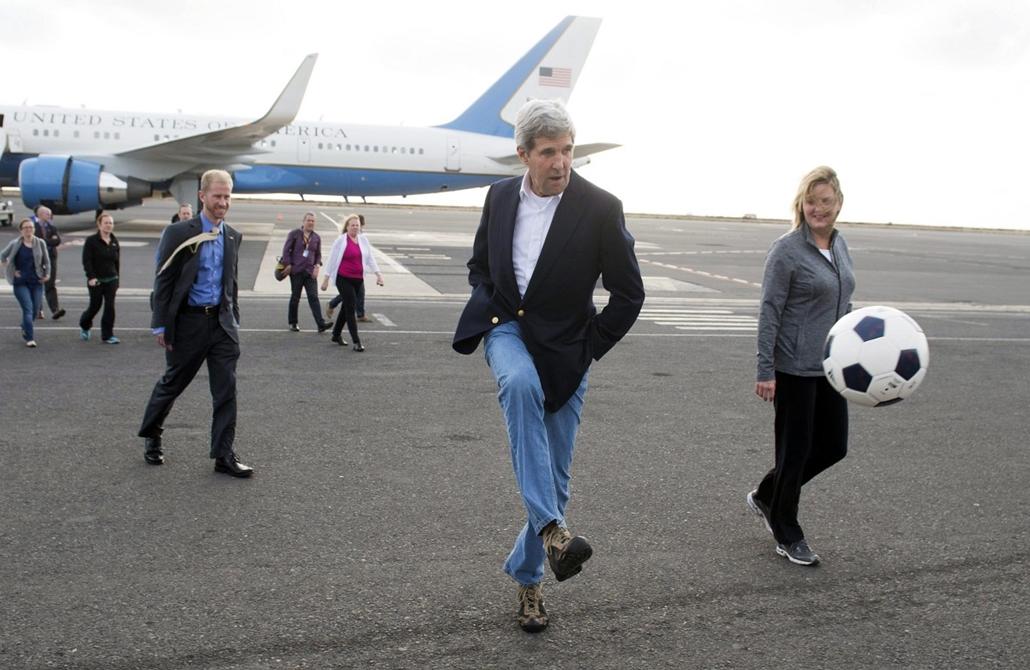 hét képei - 2014.05.05. John Kerry focizik