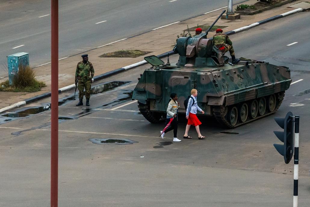 best of 2017 - Páncélozott harci járművel zárják el a parlamenthez vezető főutat katonák Hararében, miután a hadsereg közölte az általa elfoglalt ZBC állami televízióban, hogy átvette az ország irányítását Robert Mugabe elnök kormányátó