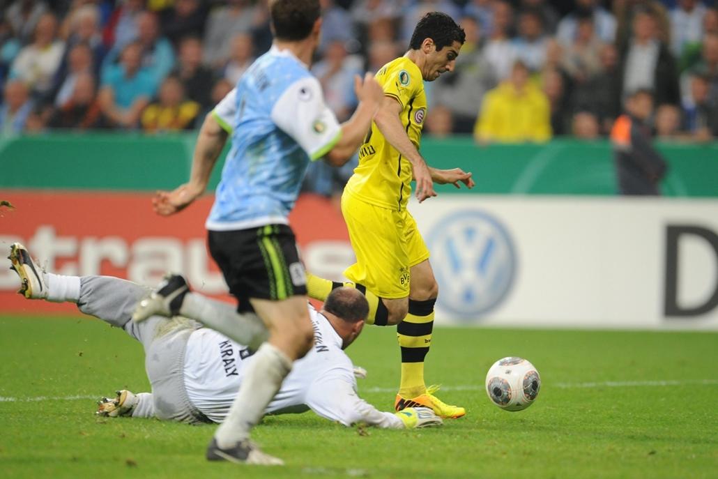 afp.13.09.24.  Király Gábor a  TSV 1860 München kapusaként  2013-ban véd a Borussia Dortmund ellen az Alianz Arénában, Münchenben.