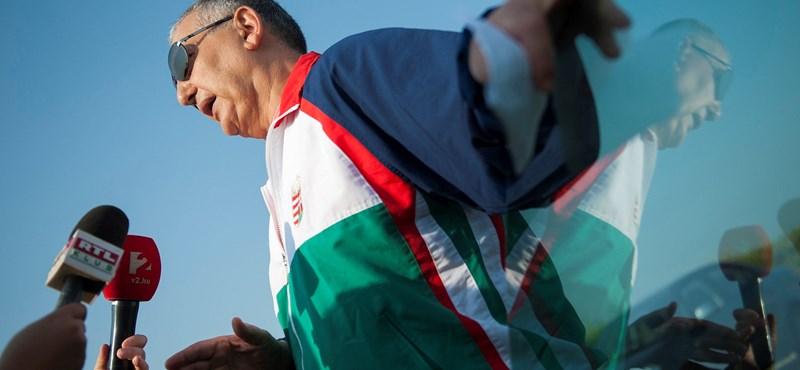 Sztárként pózolt a nemzetiszínű melegítőben szabaduló Tasnádi Péter – fotók