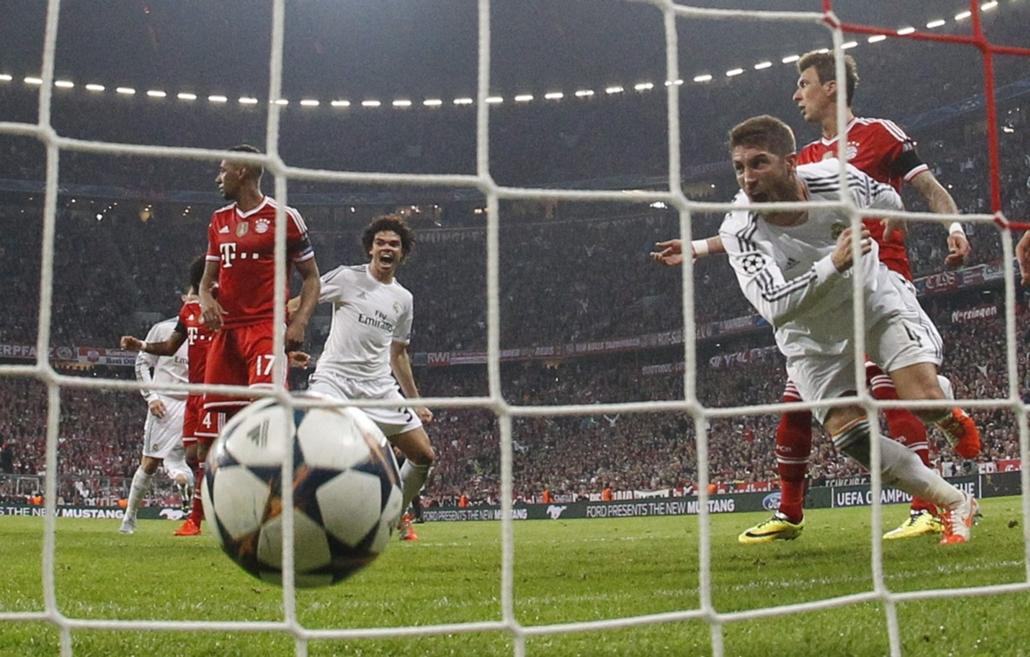 AP_! - 05.13.-ig_! - 14.04.29. - Sergio Ramos, a spanyol Real Madrid játékosa (j), miután vefejelte második gólját a német Bayern München ellen a labdarúgó Bajnokok Ligája elődöntőjének visszavágó mérkőzésén a müncheni Allianz Arenában