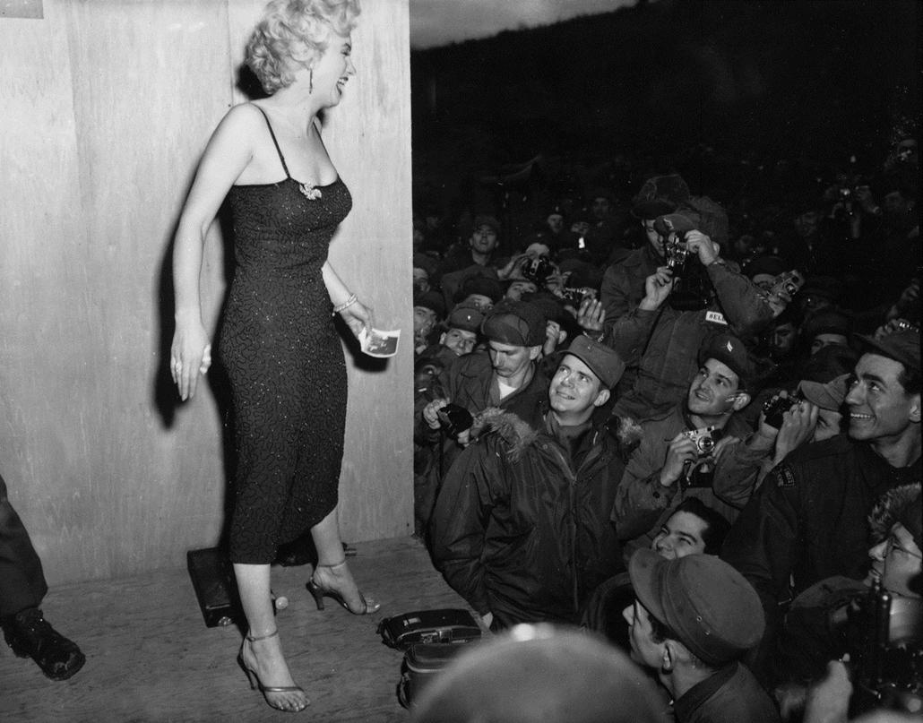 afp.1954.02. - Marilyn Monroe a koreai háborúban harcoló katonák előtt 1954 februárjában. - nagyítás