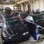 Egy csapatnyi 25 éves, vadonatúj, forgalomba sem hozott BMW-t találtak egy bolgár garázsban