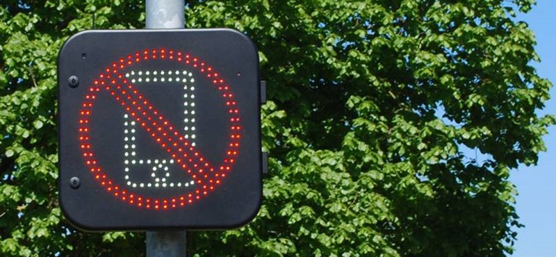 Ha tényleg bevezetik az új közlekedési táblát, sokan a fejükhöz kapnak majd: érzékeli, ha mobilt használunk a kocsiban