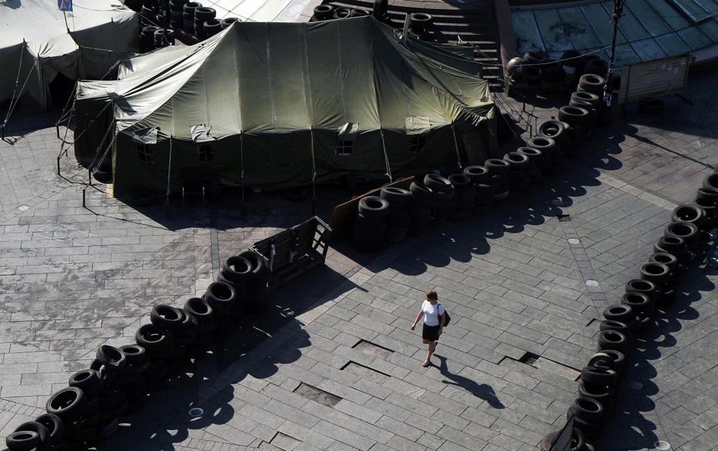 afp.14.05.26. - Kijev: nő a Függetlenség terén emelt barikád mellett - ukrán válság