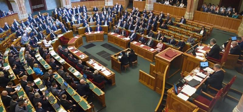 Egy KDNP-s 6 órán át beszélt a parlamentben, egy fideszes 10 éve játszik csendkirályt