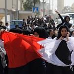 Képek: diákok tüntetnek a bahreini oktatási minisztérium épülete előtt