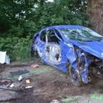 Fotók: Felismerhetetlenre tört az autó, amit az ittas nő vezetett