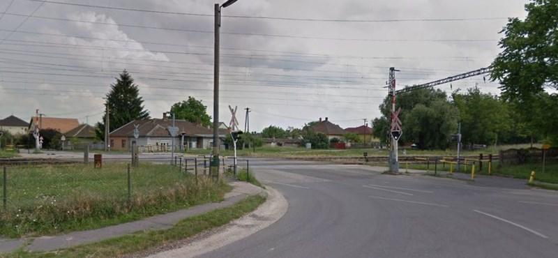 Áll a bál Pusztaszabolcson, elszabták egy méterrel a vasúti átjárót