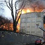 Életveszélyes a Ferencvárosban kiégett raktár, de összedőlni nem fog