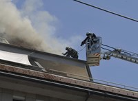 75 tűzoltó oltja a kigyulladt ferencvárosi épületet