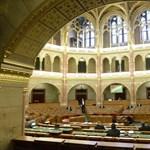 Kevés a képviselő, de legalább Schwarzenegger ott van – percről percre a Parlamentből
