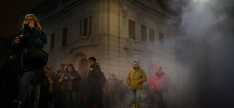 Rendőrség: Az egyik tüntető használt könnygázt
