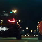 A halk az új hangos: a villannyal sportos BMW i3S így gyorsul le egy amerikai izomautót