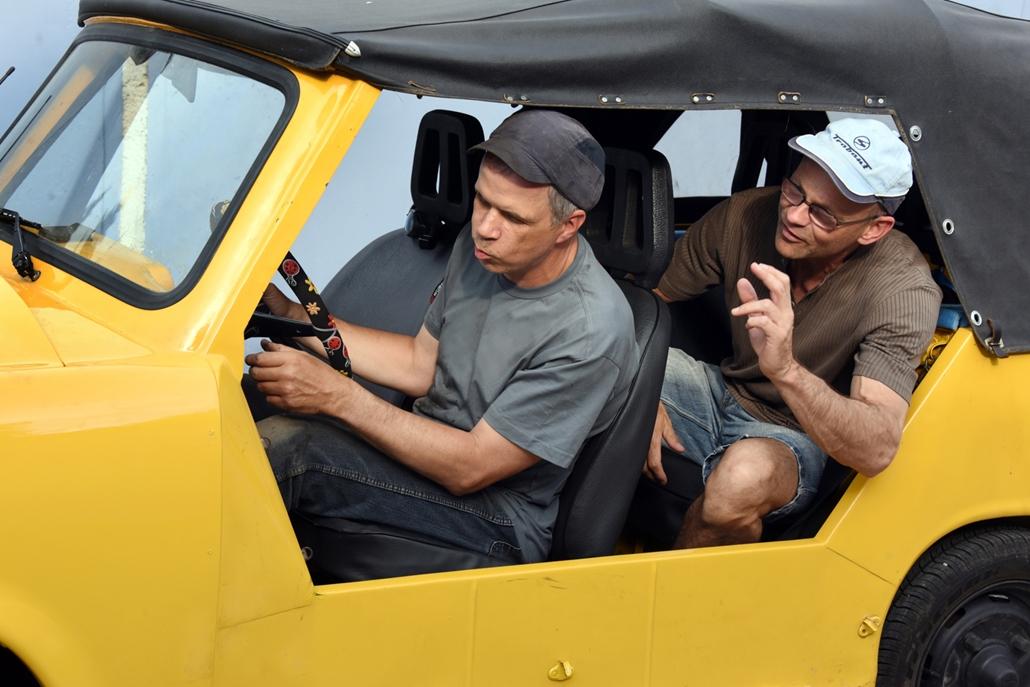 afp.17.06.15. - Egy 12 éves kora óta vak Bernd Rothingnak és barátjának Dieter Schiffelnek lett a kedvenc szabadidős foglalkozása, hogy Trabantokat újítanak fel. A vak férfi csinálja az összes fém munkát az autókon, barátja az elektronikával segít