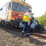 Árokba hajtott a busz, amely a halálos vonatbaleset után vitte tovább az utasokat