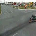 Autónak ütközött, karcolás nélkül megúszta a rövidgatyás motoros – videó