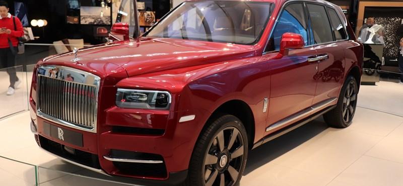 Újabb zöld rendszámos: hibrid lóerőkkel erősödhet a Rolls-Royce divatterepjárója