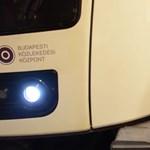 Így szabadították ki a sérültet a 2-es metró alól a tűzoltók – videó