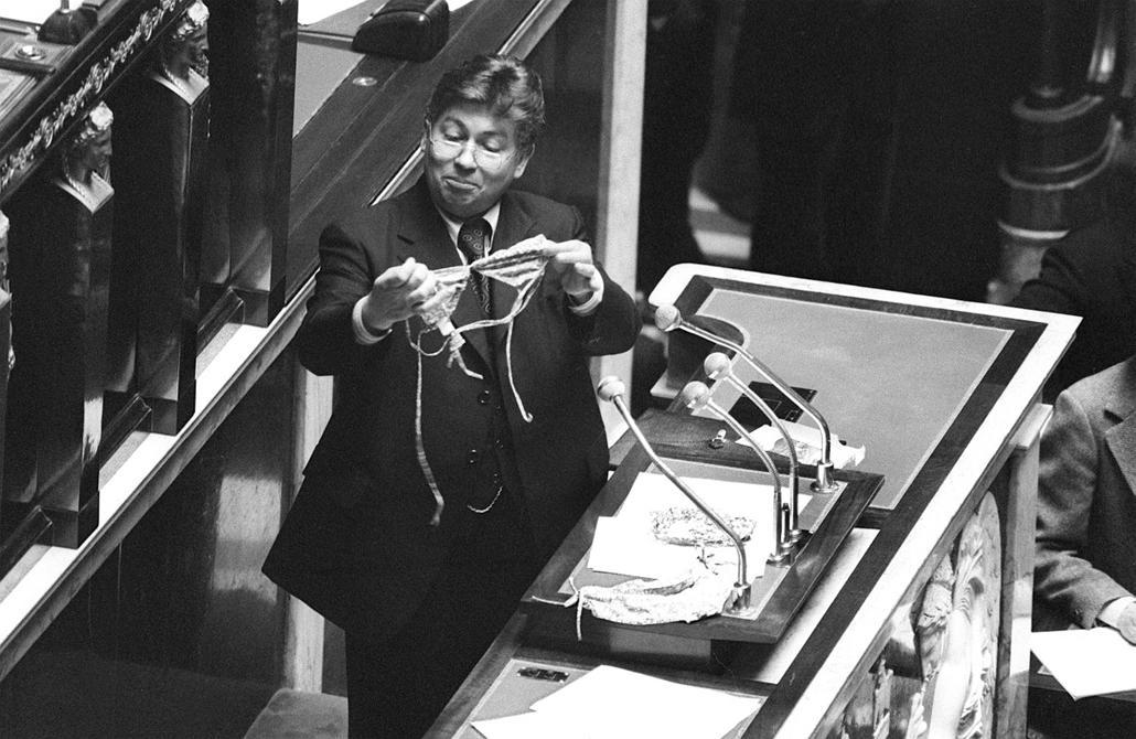 afp.1977.05.19. - Párizs, Franciaország: Jacques Limouzy francia képviselő beszéde közben melltatóval és bugyival - melltartó nagyítás
