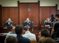 Az év legvakmerőbb vádlottja a tárgyalás közben, a bíró és az őrök előtt akart drogot adni társának