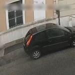 Unalmában végigkarcolt egy autót a budai Várban, a rendőrség keresi