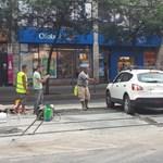 Tolatóradar: A munkások közt hajtott a friss betonba egy autós a 4-es, 6-os vonalán