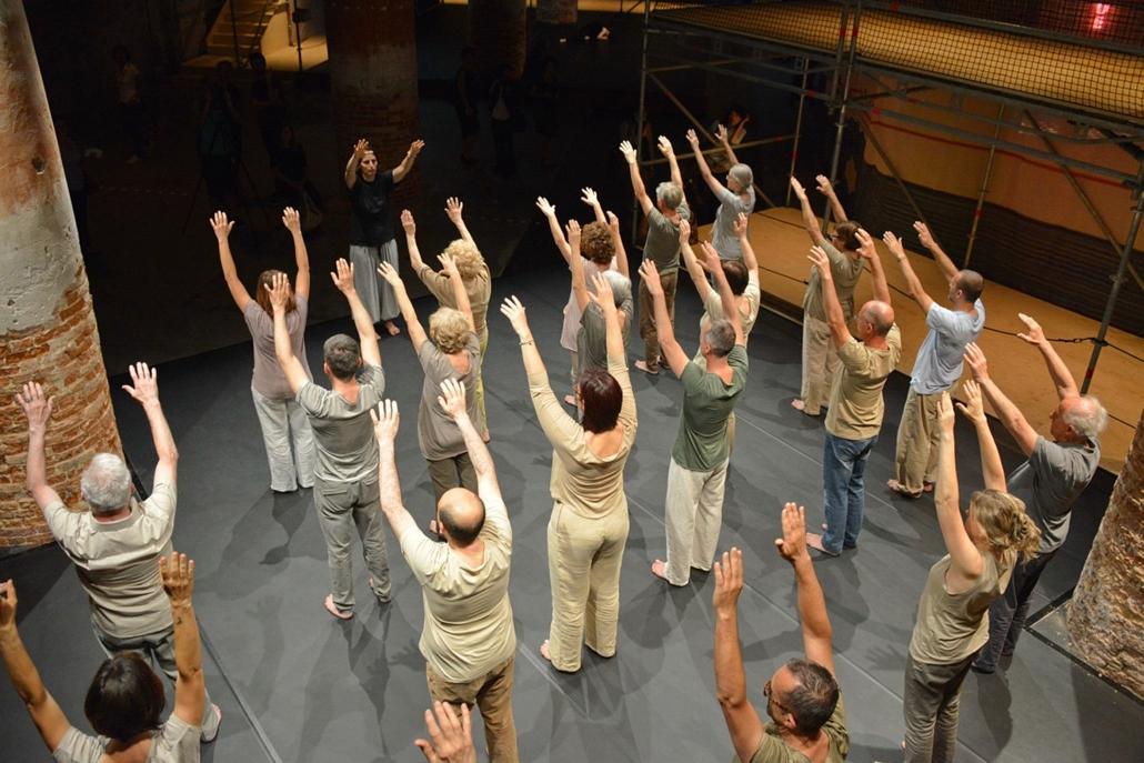 kka. Velencei Biennále 2014.06. nagyításnak - Az amatör  táncosok az építészet és a társadalom viszonyát jelenítették meg.