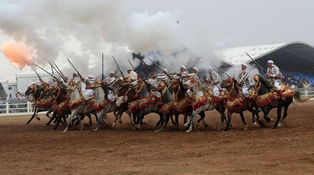 afp. hét képei - El Jadida, Morocco - 2014.10.21. Moroccan horsemen perform during the 7th edition of the Salon du Cheval in the port city of El Jadida on October 21, 2014.
